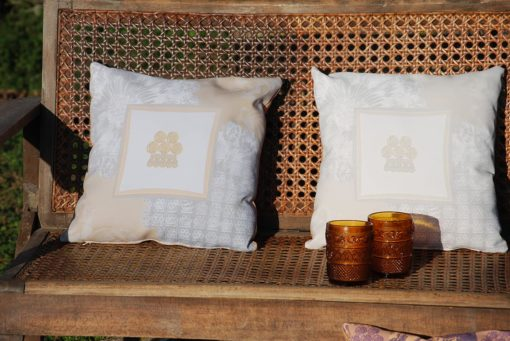 tienda Belinda Carasucia diseño taurino comercio electrónico cojines cojín cuadrado alamar crema y gris CU-ES02 foto alternativa