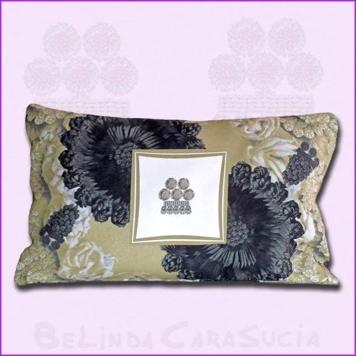 tienda Belinda Carasucia diseño taurino comercio electrónico cojines cojín baguette hombreras negras y alamar BG047